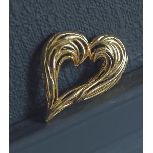 Goud kleurige hartvormig broche