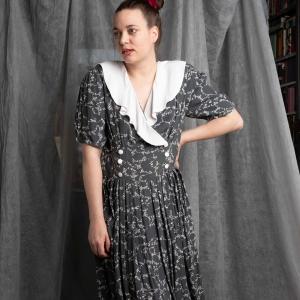 Vintage jurk met speelse bloemenprint en brede kraag (MT L)