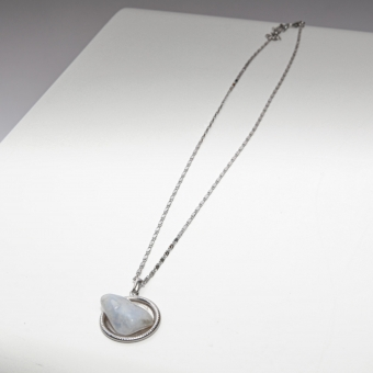 Vintage ketting plus hanger met ingelegde steen ( wit)