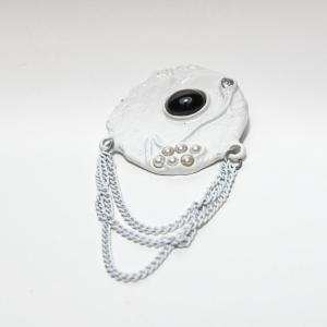 Vintage broche, wit met hangende ketting