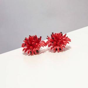 Vintage oorclips rode bloem  met zwarte puntjes ( 50s/60s)