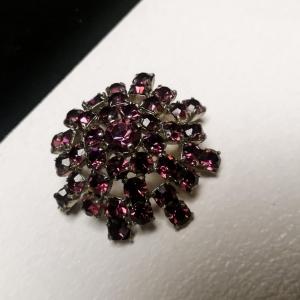 Vintage broche bloemvorm met paarse strass
