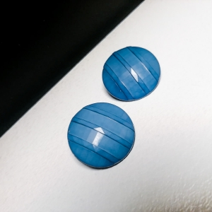 Vintage oorclips in zachte blauwtint