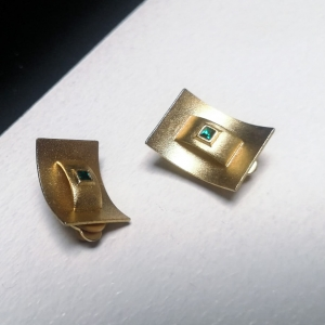 Elegante vintage oorclips goudkleurig met groen ingelegd steentje